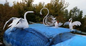 В Барнауле на мосту у нового рынка установили новых лебедей.