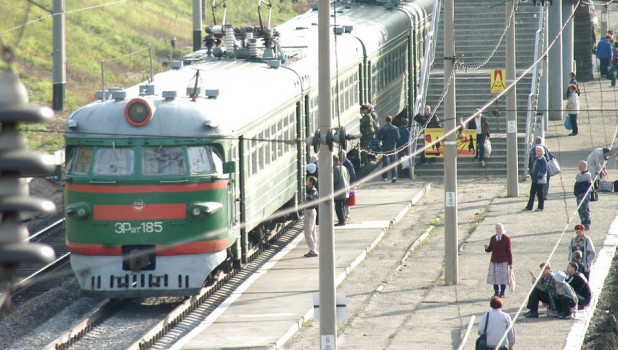 Электричка на железнодорожном вокзале г.Барнаула.