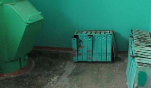 Почтовые ящики в подъезде № 6 девятиэтажки по улице Георгиева, 44 брошены у мусоропровода.