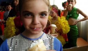 Дети любят мороженое.