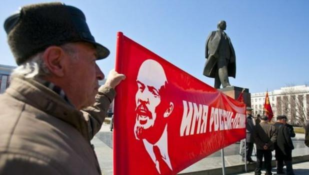 В Барнауле коммунисты возложили цветы к памятнику Ленина
