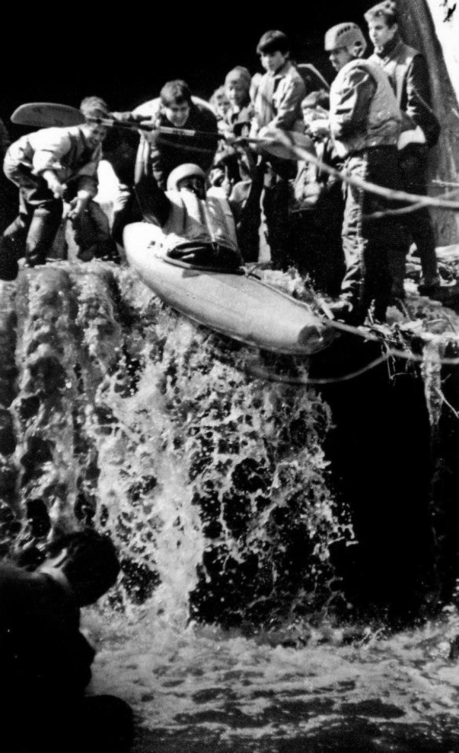 Барнаульские сплавщики штурмуют водопад на Пивоварке. Апрель 1993 года.