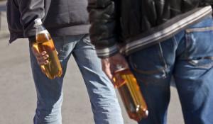 Мужчины с алкоголем в руках.