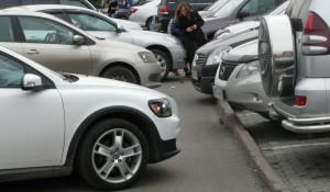 Парковка на тротуарах в Барнауле.