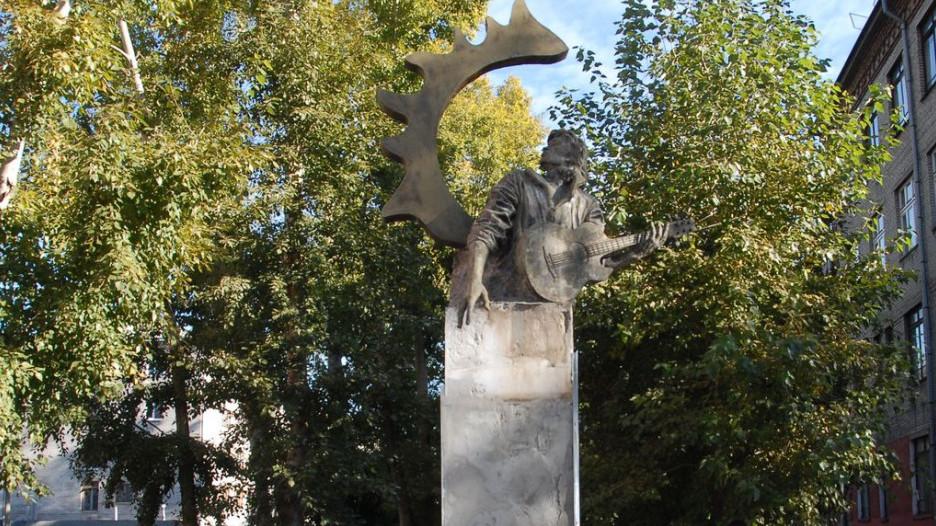 В Барнауле с памятника Виктору Цою сняли мрамор.