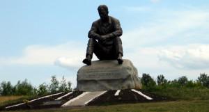 Памятник Шукшину на горе Пикет.
