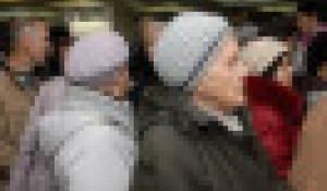 Люди идут на семинар Кашпировского в Барнауле.