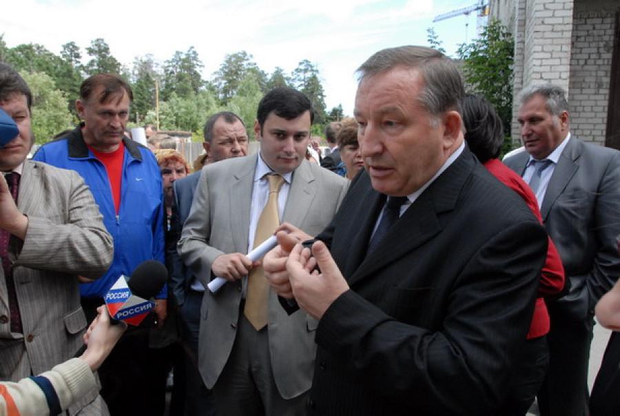 Обманутые барнаульские дольщики на встрече с депутатом Госдумы Александром Хинштейном и губернатором края Александром Карлиным.