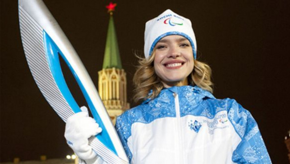Наталья Водянова и паралимпийский факел.