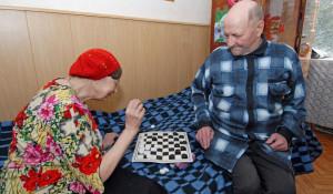 Пожилая пара в пансионате.
