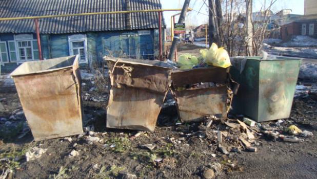 Мусорные баки на улице Чкалова 181а. 26 марта.