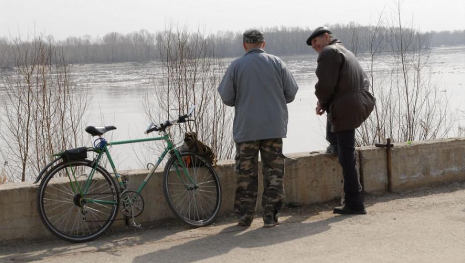 Барнаульцы на берегу Оби. Речной вокзал, начало апреля 2014 г.