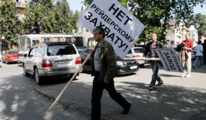 """Сотрудники """"Сибэнергомаша"""" протестовали против аукциона, не нарушая общественный порядок. В своих бедах они обвинили неизвестных мошенников и чиновников, которые куда попало смотрят."""