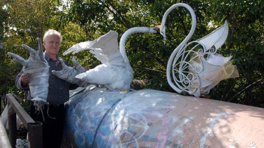 """Реставрация """"старого"""" лебедя и появление нового. Барнаул, Коммунальный мост, август 2009г."""
