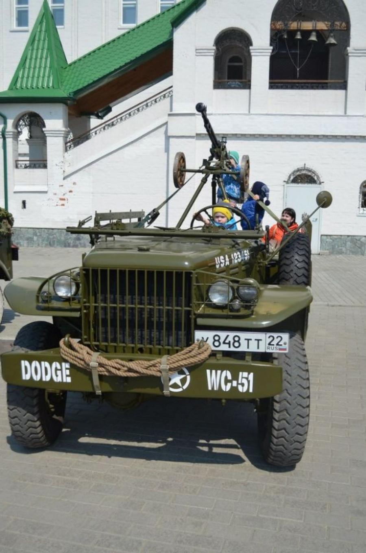 У барнаульского храма прошла выставка раритетной техники военных лет.