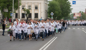 Студенты АГМУ устроили шествие в память медиков, погибших в ВОВ.