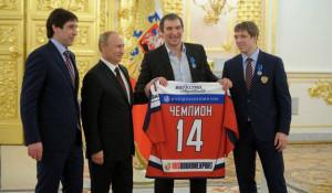 Капитан сборной России по хоккею Александр Овечкин  подарил Владимиру Путину майку с автографами игроков команды.