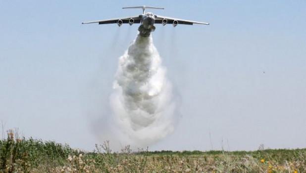 Летчики военно-транспортной авиации ВВС России ликвидируют лесной пожар.