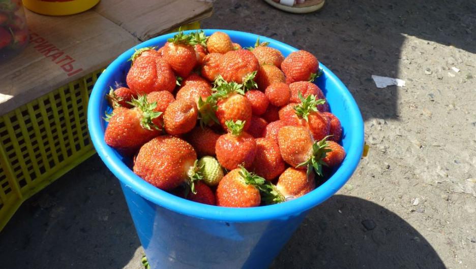 На барнаульских рынках можно купить садовую землянику и лесную клубнику.