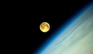 Полнолуние. Лунный закат на орбите.