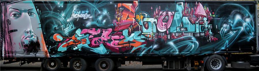 Фургон одного из грузовиков с граффити.