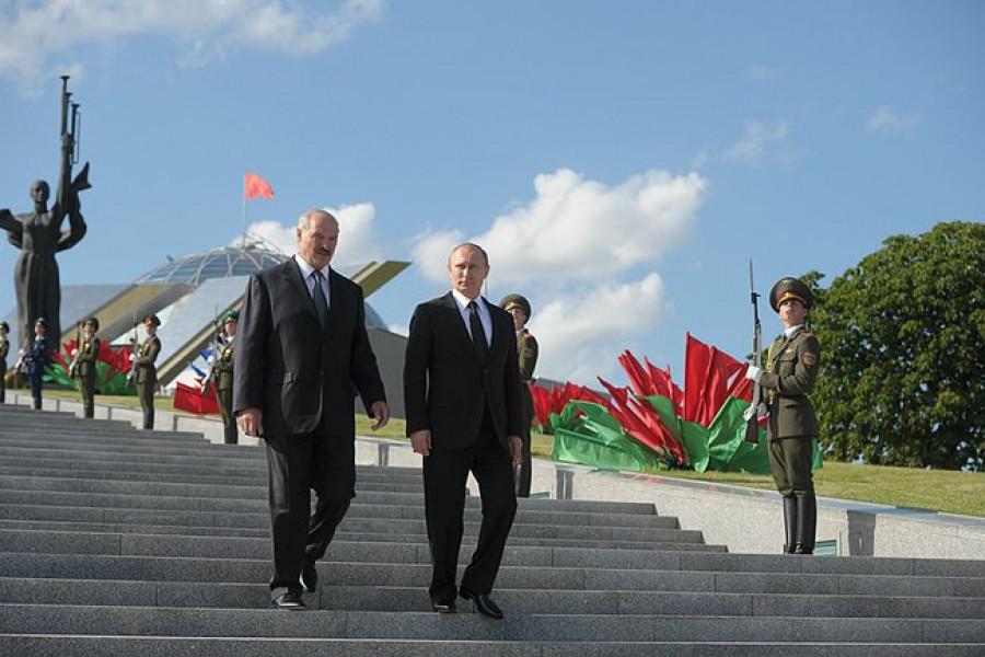 Революционный бело-красно-белый. Почему протесты в Белоруссии проходят под этим флагом и что он значит?