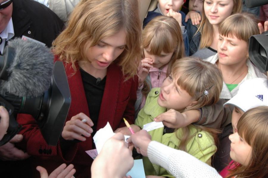 Наталья Водянова час раздавала автографы.