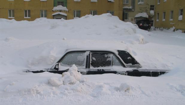 Машина в снегу. Зима.