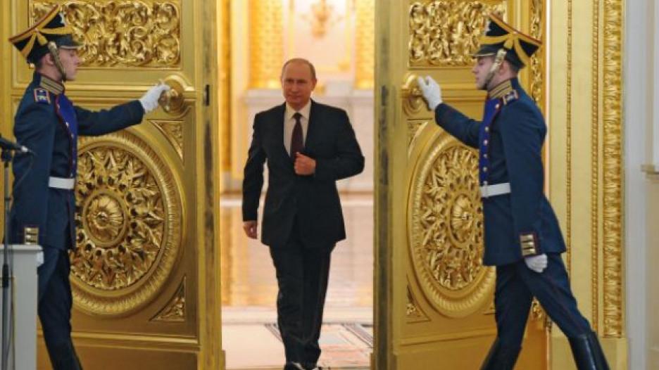 Владимир Путин входит в Георгиевский зал Кремля.