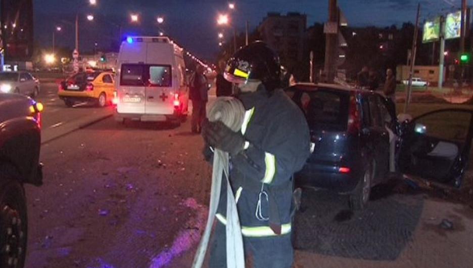 Питерские пожарные помогли достать машину, упавшую в реку.