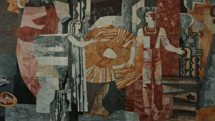 Мозаика на Речном вокзале в Барнауле.
