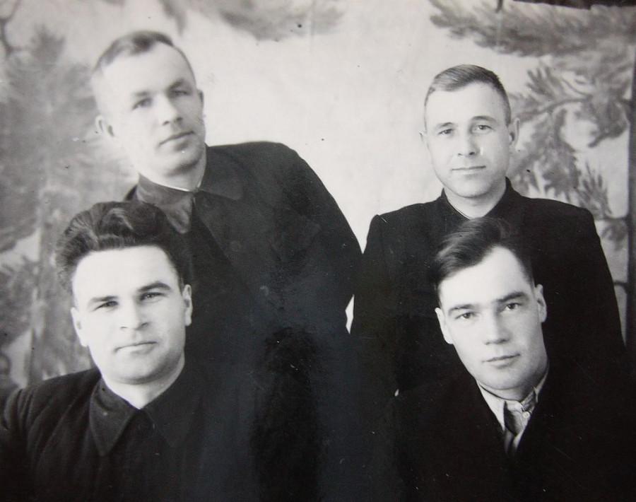 Секретари Баевского райкома КПСС по зонам целинных МТС. Март 1955 г. Сидит крайний слева С. Т. Клецкин.
