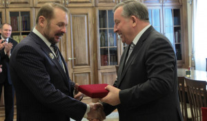Александр Карлин вручил краевой орден Сергею Белоусову.
