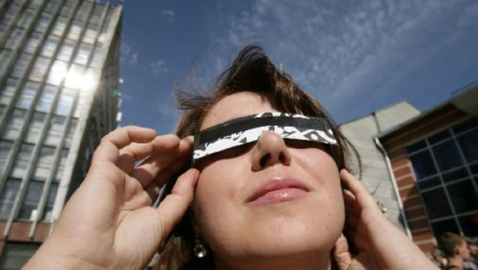 Фоторепортаж, как барнаульцы наблюдали Солнечное затмение