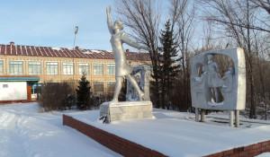 Памятнику Надежде Курченко требуется ремонт.