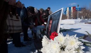 В Барнауле во время антикризисной и антивоенной акции вспоминали убитого накануне Бориса Немцова. 1 марта 2015 года.