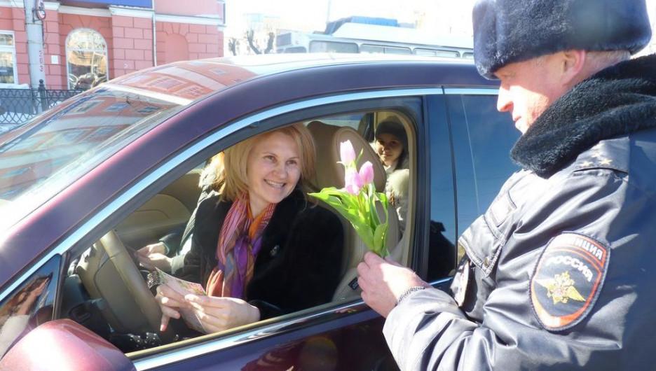 Барнаульские инспекторы ГИБДД поздравили женщин.