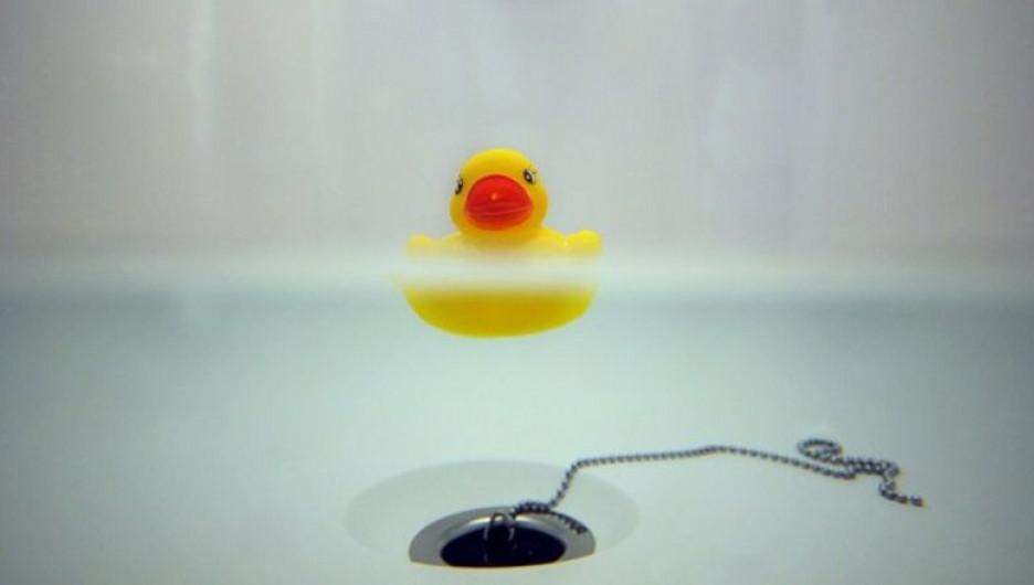 Резиновая уточка в ванне.