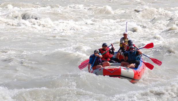 """Спокойные участки рек сплавщики называют """"болото"""". Но туристы пускаются в плавание на рафте ради порогов и быстрых ощущений, которые они дают."""