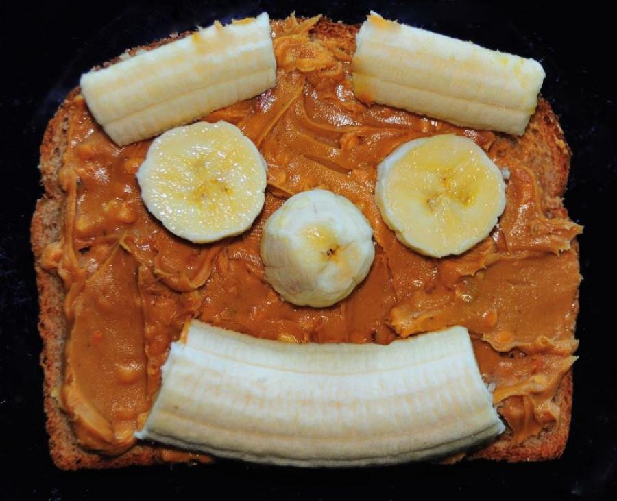 Бутерброд с арахисовой пастой и бананом.