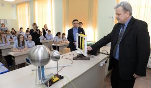 Школа на барнаульском Потоке получила современный кабинет физики и сенсорную комнату.