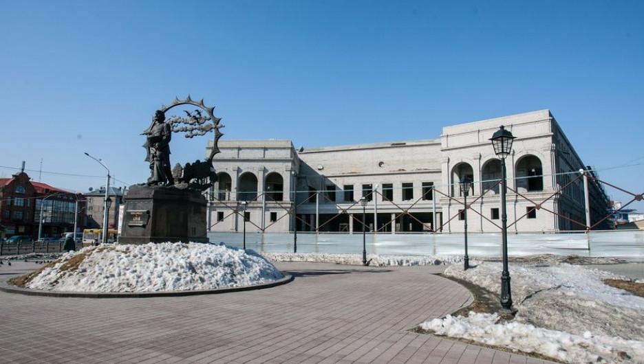 Возле памятника Сеятелю убрали рекламные растяжки и открыли барнаульцам вид на сторящиеся здание художественного музея.