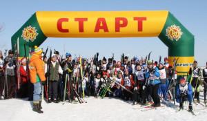Барнаульцы пробежали лыжный марафон.