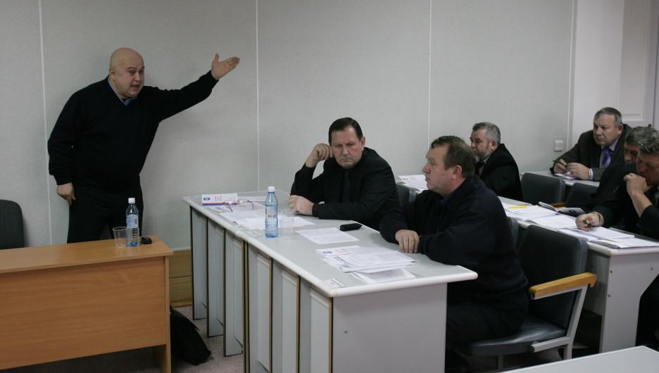 Депутат Новоалтайского горсобрания Юрий Корнеев стоя доказывает правоту коллегам-народным избранникам.