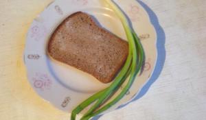 Черный хлеб с солью.