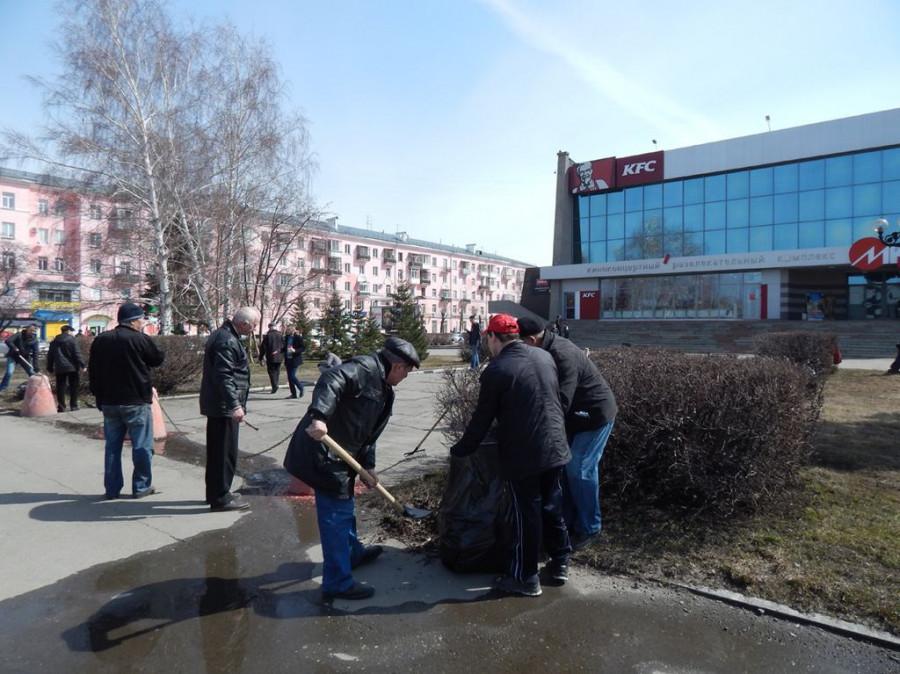 Коммунисты и комсомольцы Барнаула провели субботник. 18 апреля 2015 года.