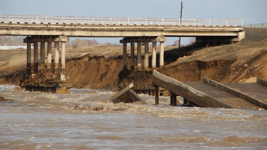Талые воды повредили конструкцию моста в Шипуново, апрель 2015.