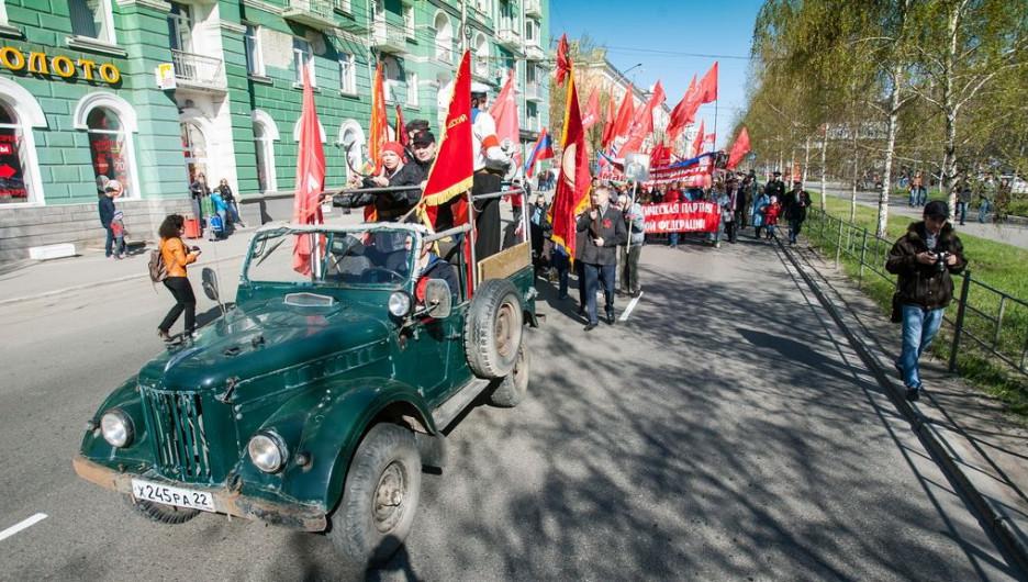 Театрализованное костюмированное шествие КПРФ 1 мая 2015 года в Барнауле.