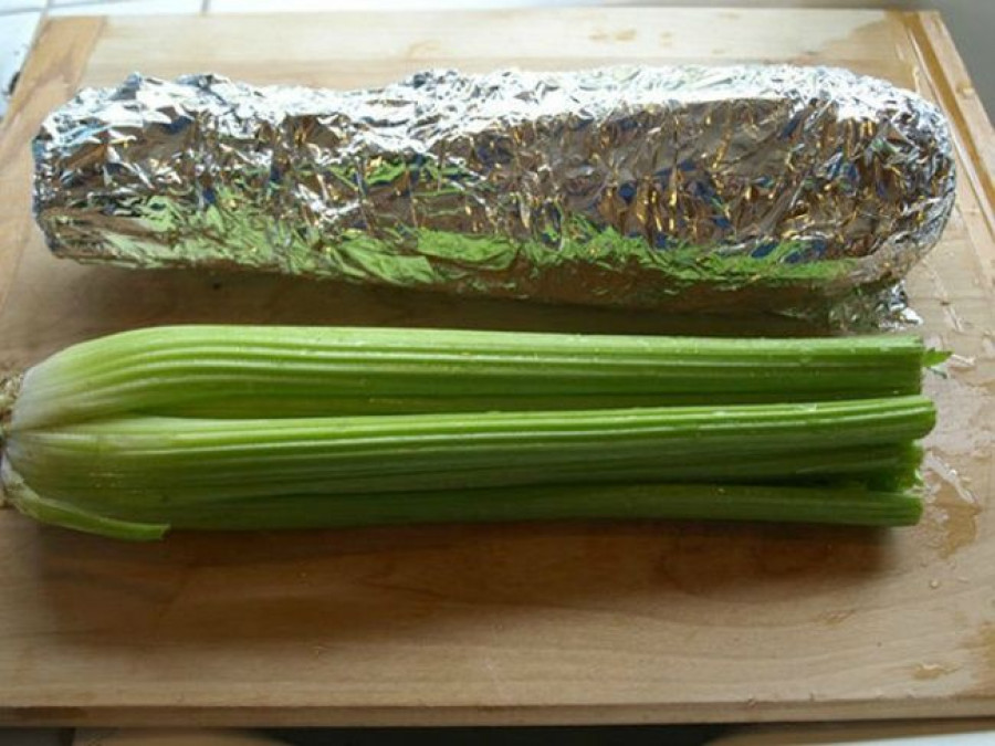 Чтобы сельдерей и брокколи хранились дольше, обязательно заверните их в фольгу.