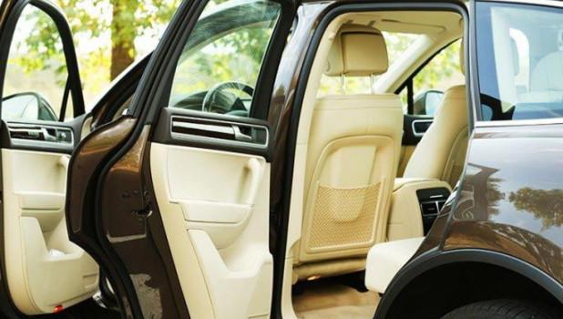 Проветрите автомобиль без кондиционера. Просто откройте любое окно спереди, и 5-6 раз откройте-закройте любую заднюю дверь.